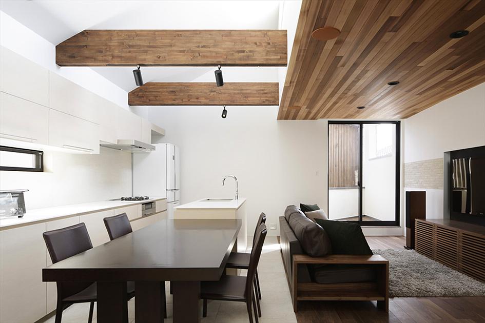 Интерьеры белых кухонь совмещенных с гостиной