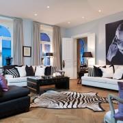 черно-белая гостиная, монохром, картина, шкура, журнальный столик, диван
