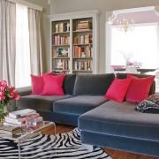 гостиная, серый диван, яркие подушки, торшер, лепнина