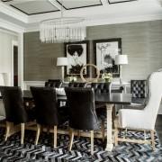 столовая, стол, кожаный стул, монохром, картины, люстра