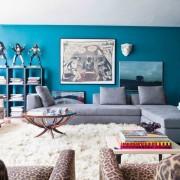 яркая гостиная, диваны, шкуры, ковер, картины