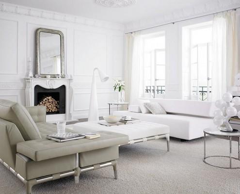 светлая гостиная, диван, журнальный столик, камин, лампа