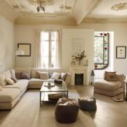 светлая гостиная, белый диван,журнальный столик, лепнина, картина, витраж