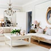 белая гостиная, диван, люстра, журнальный столик, картина