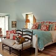 женская спальня, мансарда, тахта, кровать